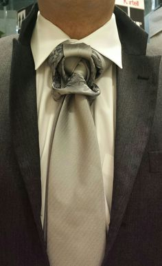 THE CLYDESDALE KNOT (BY BORIS MOCKA AKA THE JUGGER KNOT) Necktie Knots, Tie A Necktie, Cool Tie Knots, Fancy Tie, Mens Valet, Tie Day, Grown Man, Cool Suits, Windsor Knot