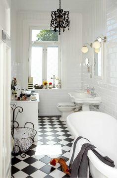 jolie salle de bain de style retro chic et carrelage damier noir et blanc