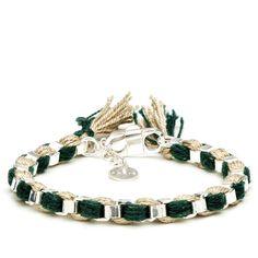 Ce bracelet est entièrement fait à la main dans des ateliers parisiens par des artisans spécialisés. C'est une chaîne en laiton dorée brodée de fils.
