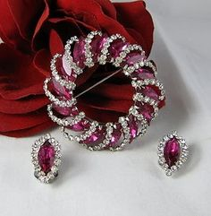   Vintage Weiss Vibrant Rhinestone Pin Brooch & Clip on Earrings Set