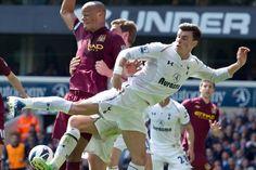 Gareth Bale (Tottenham) luchando por un balón con Vincent Kompany (Manchester City)