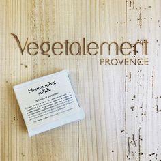 Shampooing signature @vegetalement : le shampooing solide sans #hydratant et protecteur ! Pratique et écologique tous ses ingrédients sont issus de l'agriculture biologique : #karite #biere #huiledolive #noixdecoco ... Fabrication #madeinfrance et #artisanale et une saponification à froid pour préserver les vertus apaisantes, hydratantes et protectrices des ingrédients végétaux et naturels ! #musthave #cosmetiquevegetale #greencosmetics #provence #cheveux #haircare #shampoo #ecologic #ec...