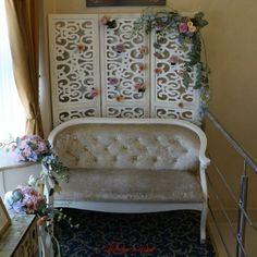 Photocorner #backdrop #photocorner #paravan #flori #floral #design #paulamoldovan #livadacuvisini Photo Corners, Backdrops, Accent Chairs, Floral Design, Furniture, Home Decor, Upholstered Chairs, Decoration Home, Room Decor