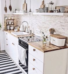 48 Catchy Small Kitchen Ideas That Can Make Inspire All People apartment kitchen Creative ideas can be put to good use when coming up with a small kitchen design. Small Apartment Kitchen, Home Decor Kitchen, Kitchen Interior, New Kitchen, Kitchen Dining, Nordic Kitchen, Kitchen White, Kitchen Cabinets, Cute Kitchen
