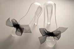 Zapatos de vidrio soplado a mano. Decoración y detalles de vidrio colado y matizado.