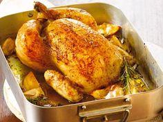 Die einfachste Sache der Welt: Das Bauernhähnchen wird mit Zitronenstücken und mediterranen Kräutern gefüllt und kommt dann in den Ofen.