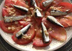 Ensalada de tomate y sardinas con una rica vinagreta Appetizer Salads, Appetizers, Vinaigrette, Spanish Kitchen, Brunch, Salad Sauce, Cooking Recipes, Healthy Recipes, Happy Foods