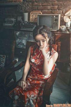 On her own, sitting in the twilight zone ! Oriental Fashion, Asian Fashion, Asian Style, Chinese Style, Geisha, Shanghai Girls, Cheongsam Modern, Asian Photography, Cheongsam Dress