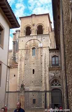La torre románica de la catedral de Oviedo se asienta sobre una anterior prerrománica --> http://www.arteguias.com