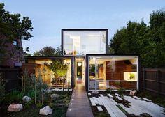 A That House tem ambientes íntimos que se abrem para o grande jardim, quintais com plantas e terraços
