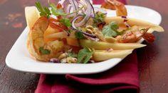 Fruchtig und herzhaft: Garnelensalat mit Melonenspalten | http://eatsmarter.de/rezepte/garnelensalat