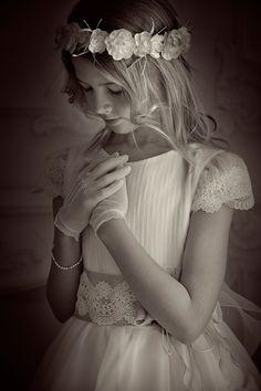 Girl Photo Poses, Girl Photos, Catholic Prayers Daily, First Communion Dresses, Diana, Junior, Lolita Fashion, Children Photography, Flower Girl Dresses