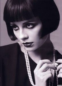Mischa Barton channeling style and hair icon Louise Brooks! Louise Brooks, Vintage Glamour, Vintage Beauty, Vintage Makeup, 1920 Makeup, Eye Makeup, Hair Makeup, Short Hair Cuts, Short Hair Styles