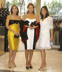 Isabel Preysler y sus «niñas» | Gente | Gente - Abc.es Church Dresses, Carolina Herrera, Pucci, Style Icons, Mario, Strapless Dress, Wrap Dresses, Glamour, Fashion Outfits