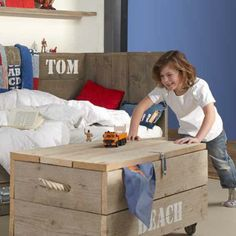 Geen rondslingerend speelgoed meer met de handige steigerhouten kist.