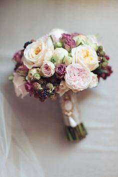 Bukiet ślubny z róż i jerzyn