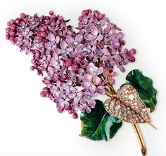 Mellerio, Broche fleur de lilas, 1862 Émail Vert, Rose, Violets, Diamants, Or Paris, collection particulière © Photo Wartski Ltd., Londres