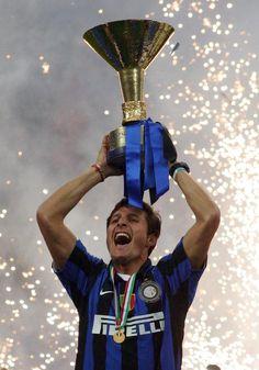 """Più di 20 anni di carriera, km di corsa, sudore e fatica. Javier #Zanetti è arrivato a Milano nel 1995 e da allora non ha più lasciato la maglia nerazzurra dell'Inter. Avversari e compagni gli hanno sempre riconosciuto lealtà in campo e fuori. Zanetti è stato protagonista di tutte le vittore e le delusioni nerazzurre; """"dal 5 maggio"""", lo scudetto perso all'ultima di campionato a beneficio della Juventus, al Triplete nel 2010. #JZ4ever #Inter #Amala"""