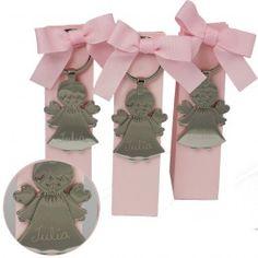 6 estuches de color rosa con lazo rellenos de peladillas. Como recuero llevan colgando un llavero de angel metálico que personalizamos con el nombre del bebé a mano.  Por favor indica el nombre del bebé en el campo de observaciones.