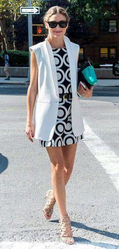 Colete branco trazendo contraste e linhas verticais para disfarçar a barriguinha. O vestido p&b traz criatividade mas ainda sim é elegante. trocaria a sandália por algo sem salto