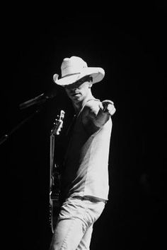 kenny Chesney, he likes to point at me during shows. Country Musicians, Country Music Singers, Country Artists, Kenney Chesney, No Shoes Nation, Country Men, Attractive People, Music Tv, Dream Guy
