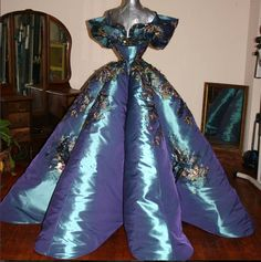 Violet Chachki's 2016 coronation gown, House of Canney. Drag Queen Outfits, Drag Queen Costumes, Drag Dresses, Rupaul Drag Queen, Violet Chachki, Queen Dress, Vintage Mode, Drag Queens, Event Dresses