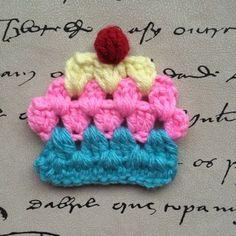 Estos cupcakes a crochet, inspirados en los cuadraditos tipo granny, son muy versátiles, ya que se los puede usar como apliques para la ropa...