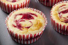 Rezept Käsekuchen-Muffins mit Marzipan und Beeren | einfaches Rezept mit Bild