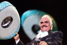 """El cantante mexicano Vicente Fernández, aseguró que nadie debe de cobrar por entrar a su casa en Guadalajara o tomarse una fotografía. El conocido charro de Huentitán muy molesto expresó como se enteró de que algunas personas piden dinero abusando del cariño de sus seguidores. """"Querido público: me enteré que hay personas haciendo negocio y…"""