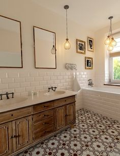 Wnętrza, Łazienka w kamienicy. Chełm - łazienka w kamieniy, klasyczna łazienka, pracownia projekowa Jinako, ciekawe płytki na podłodze w łazience, brązowo białe płytki,...