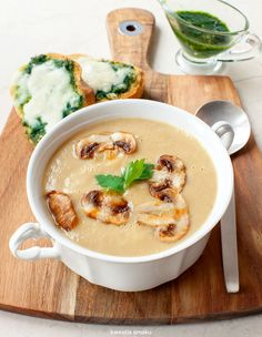 Zupa pieczarkowa z grzankami z pesto i mozzarellą Soup Recipes, Snack Recipes, Cooking Recipes, Healthy Recipes, Recipies, Mushroom Cream Soup, Lunches And Dinners, I Love Food, Mozzarella
