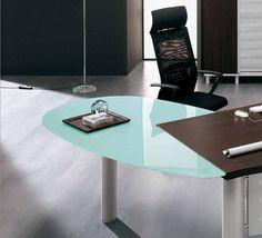 Conjunto de mesa arqueada y extensión curvada en cristal. Acabado en melamina color wengué. #mobiliario #oficina
