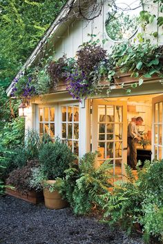 Garden Planning Budget-Friendly Backyard Landscaping: Planters: A Delightful Cover-up - Stunning garden design is inexpensive with the smart ideas Kentucky garden designer Jon Carloftis used to transform his backyard. Front Yard Landscaping, Backyard Landscaping, Landscaping Ideas, Backyard Ideas, Landscaping Software, Modern Backyard, Backyard Planters, Landscaping Melbourne, Florida Landscaping