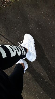 Nike Air Huarache Run Ultra BR white New York Fashion, Teen Fashion, Fashion Outfits, Cool Girl Pictures, Girl Photos, Mode Outfits, Stylish Outfits, Souliers Nike, Looks Hip Hop