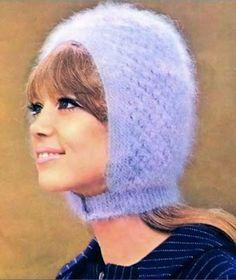 Pattie Boyd con un gorro tipo casco en su cabeza color lila :D