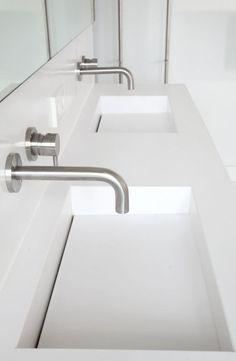 Design wastafel van Q-Artz, met inbouwkranen (Vola). Master Bathroom Tub, Bathroom Sink Units, Serene Bathroom, Bathroom Taps, Modern Bathroom, Small Bathroom, Kitchen Taps, Bad Inspiration, Bathroom Inspiration