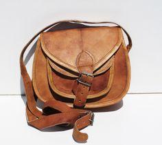 Ce sac indien est un sac en cuir de chameau typique de la région de Pushkar en Inde. Il a une longue lanière, 2 poches interieures fermées et une poche extérieure. C'est un sac cuir original fait à la mai