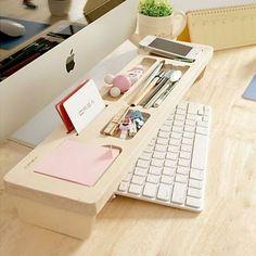 Aprovecha el espacio al máximo con una tabla de madera donde puedas guardar tus plumas, post its y clips. | 18 Hacks para tener el escritorio más bonito y organizado de la oficina