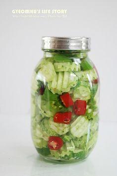 오이피클 만드는법 간단레시피~! 얼마전에 오이를 세일해서 좀 넉넉히 사와무쳐먹고 장아찌담고 피클도 담... Lchf Diet Plan, K Food, Food Plating, No Cook Meals, How To Lose Weight Fast, Pickles, Cucumber, Mason Jars, Brunch