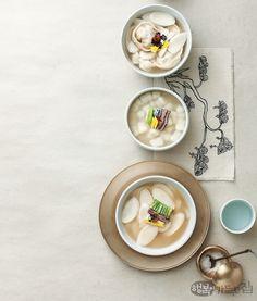 떡국 속에 고향이 있다 | 쿠킹&다이닝 | 매거진 | 행복이가득한집 Spicy Recipes, Asian Recipes, Cooking Recipes, Gluten Free Korean Food, Bone Apple Tea, Watercolor Food, Korean Dessert, Food Industry, Food Menu