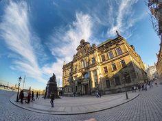 Nas margens do majestoso Rio Elba, perto da fronteira daAlemanha com a República Tcheca, fica a belíssima cidade alemã Dresden. É a capital do Estado Livre da Saxônia e é o lar de 600.000de pessoas. Uma cidade linda, com vários atrativos turísticos e um jeitinho todo especial típico da Alemanha🇩🇪🌎 #Alemanha #germany #dresden #blogporaicomigo by poraicomigo. alemanha #dresden #travel #blogporaicomigo #traveling #trip #photooftheday #poraicomigo #luxurytravelblog #travelgram #instatrip…