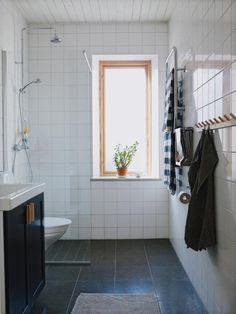 El baño está alicatado con pisos de piedra caliza de alemán