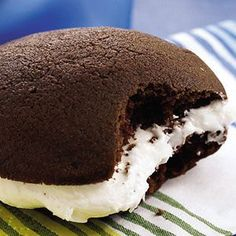 Good Whoopie Pies These wickedly good whoopie pies are one of 10 classic food truck treats you can make at home.These wickedly good whoopie pies are one of 10 classic food truck treats you can make at home. Brownie Desserts, Oreo Dessert, Mini Desserts, Coconut Dessert, No Bake Desserts, Just Desserts, Delicious Desserts, Dessert Recipes, Yummy Food