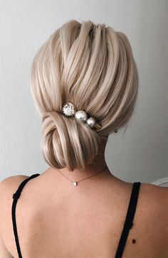 Chignon Buns With Pearls Blonde ❤ Chignon bun hairstyles are . - Chignon Buns With Pearls Blonde ❤ Chignon bun hairstyles are experiencing a major comeback this season. Catch some inspo in our gallery. Low Updo, Short Hair Updo, Chignon Hairstyle, Blonde Wedding Hairstyles, Bridal Hairstyles, Curly Hair, Great Hairstyles, Elegant Hairstyles, Classic Hairstyles