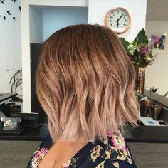 Chica con un cabello en corte bob con un color naranja y rubio