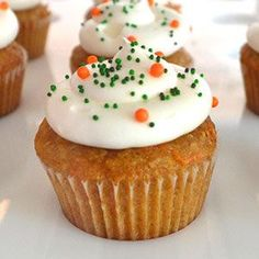 Easy Recipe for Carrot Cupcakes. Learn how to prepare the basic recipe for Carrot Cupcakes and how to decorate the cupcakes. Fondant Cupcakes, Cookies Cupcake, Carrot Cake Cupcakes, Easter Cupcakes, Mojito Cupcakes, Cupcake Recipes For Kids, Dessert Recipes, Desserts, Tortas Light