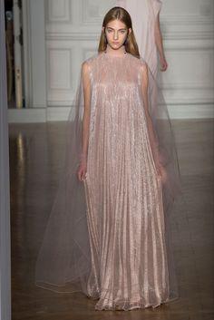 Guarda la sfilata di moda Valentino a Parigi e scopri la collezione di abiti e accessori per la stagione Alta Moda Primavera Estate 2017.