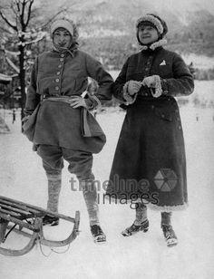 Wintermode: Zwei Frauen tragen dicke Wintermäntel, 1922 ullstein bild - ullstein bild/Timeline Images #Wintermode #Damen #Frauen #Wintermantel #Schlittenfahren #fashion #style #historisch #schwarzweiß #Schnee #Wintersport #Mütze #warm