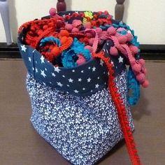 Corbeille / petit panier de rangement réversible en tissus coton bleu à petites etoiles et liberty bleu
