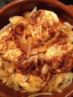 Bueno hoy un poco de pescado y muy pocas complicaciones. Ingredientes : – 4 medallones de merluza. – 5 dientes de ajos. – 5 patatas. – aceite de oliva. – 1 cebolla. &#…